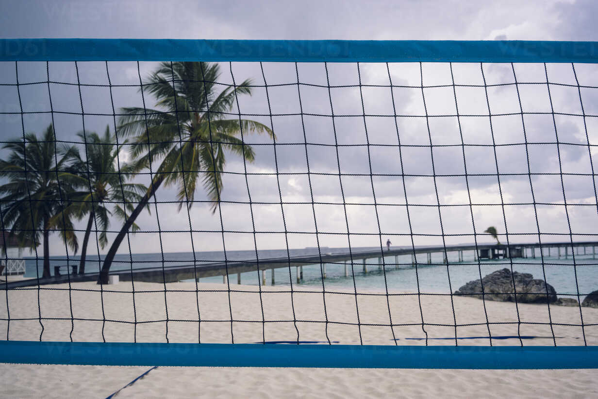 Maledives, Ari Atoll, view to sea with wooden boardwalk and volleyball net in the foreground - FL000601 - Florian Löbermann/Westend61