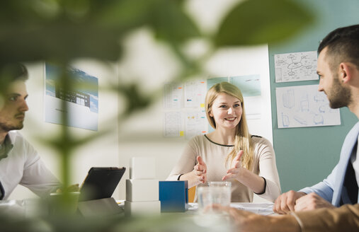 Young woman in a business meeting - UUF002819