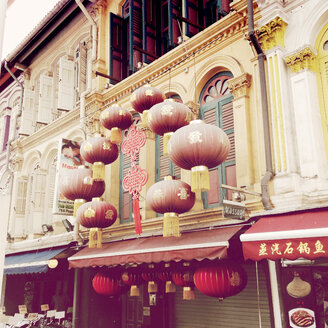 Singapur; Chinatown; Shops, red laterns and Chinese letters - MMO000368