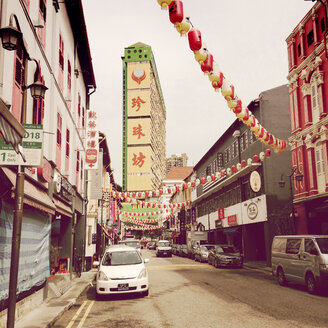 Singapur; Chinatown; red and yellow lampions with chinese script in street - MMO000369