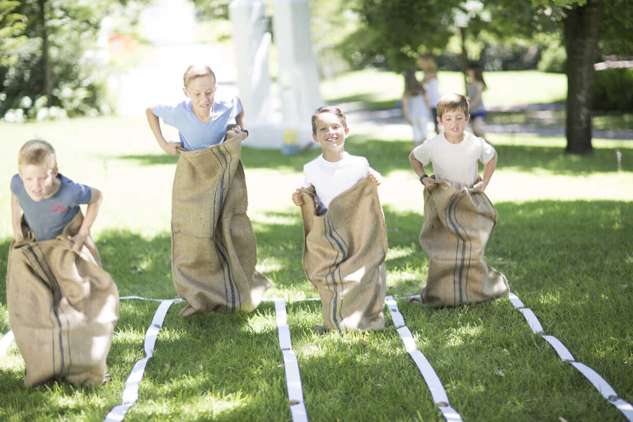 Boys competing in a sack race - ZEF002793 - zerocreatives/Westend61