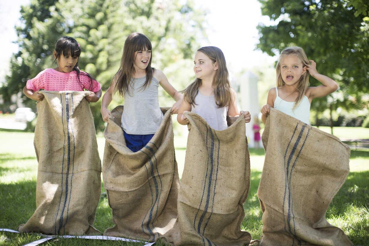 Mädchen nehmen an einem Sackhüpfen teil - ZEF002797 - zerocreatives/Westend61
