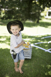 Boy pulling a crate of cool drinks - ZEF003224