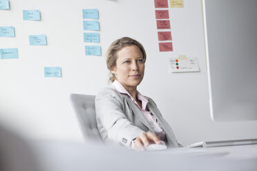 Businesswoman in office - RBF002128