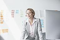 Businesswoman in office - RBF002134