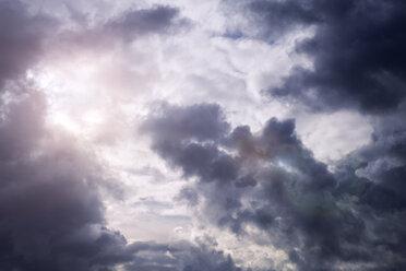 Sunlight shining through thunderclouds - GUFF000058