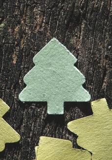 Coloured paper shaped like fir tree on dark wood - DEGF000068
