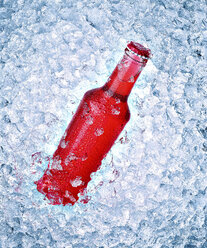 Glass bottle with red beverage on crushed ice - RAMF000035