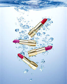 Four waterproofed lipsticks under water - RAMF000015
