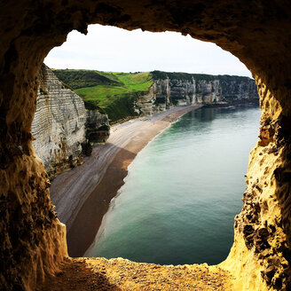 France, Etretat, chalk cliffs at the coast - SEGF000158