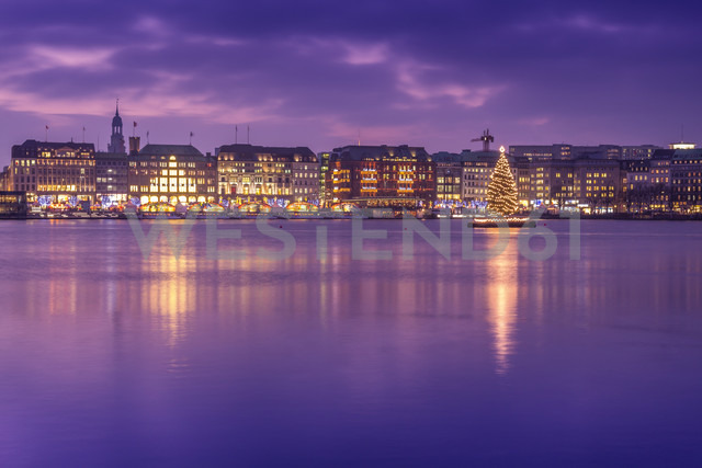 Germany, Hamburg, Downtown skyline with illuminated Christmas tree on Alster river - NKF000208 - Stefan Kunert/Westend61