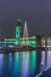 Germany, Hamburg, Steel Christmas tree at market in front of illuminated town hall - NKF000211