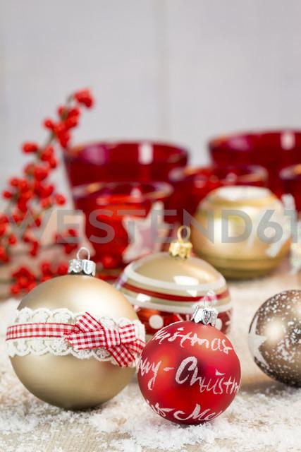 Different Christmas baubles and artifical snow - JUNF000117 - JLPfeifer/Westend61