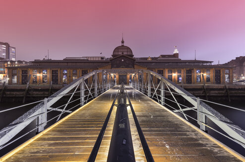 Germany, Hamburg, harbor, historic fish market hall at night - RJ000373
