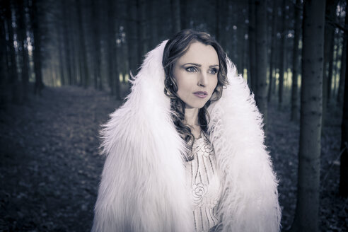 Portrait of a white dressed mystic woman in a forest - VTF000371