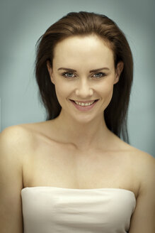 Portrait of smiling young woman - GDF000646