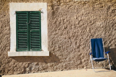 Spain, Mallorca, Portocolom, house front with window and chair - DW000232