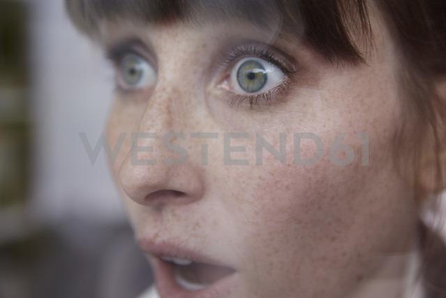 Frightened woman behind window - STKF001144 - Stefan Kranefeld/Westend61