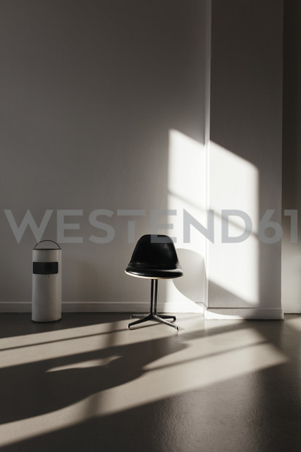 Waiting room with chair and waste bin - DWF000237