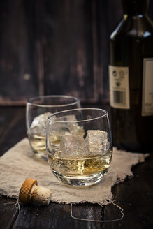Two tumblers with whisky and ice - SBDF001592