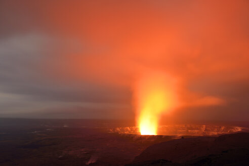 USA, Hawaii, Big Island, Volcanoes National Park, Kilauea caldera with volcanic eruption of Halemaumau by night - BR000913