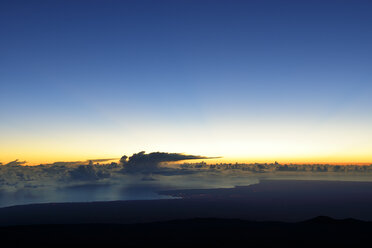 USA, Hawaii, Big Island, Mauna Kea, view to Hilo and clouds over the ocean in the morning - BRF000949