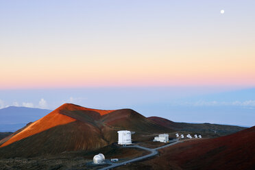 USA, Hawaii, Big Island, Mauna Kea, view to crater and observatories at morning twilight - BRF000953