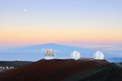 USA, Hawaii, Big Island, Mauna Kea, view to observatories at morning twilight - BRF000954