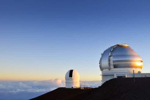 USA, Hawaii, Big Island, Mauna Kea, view to observatories at morning light - BRF000956