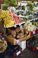 USA, Hawaii, Big Island, Hilo, fruits and vegetables at farm produce market - BR000962
