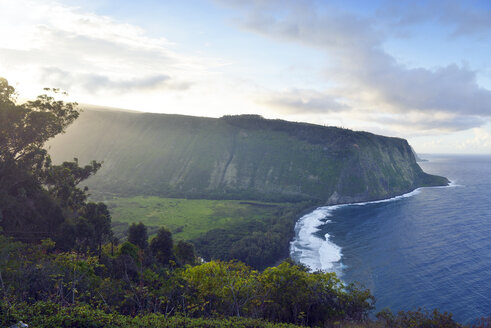 USA, Hawaii, Big Island, Waipio Valley and bay at evening light - BRF000980