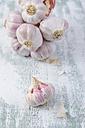 French smoked garlic bulbs on wood - ODF000960