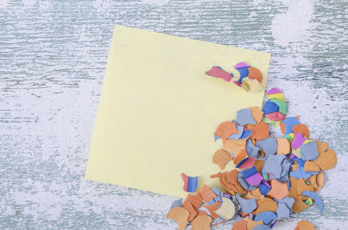 Blank adhesive note and confetti on wood - ODF000950