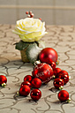 Christmas decoration with red Christmas baubles and rose blossom - JUNF000160