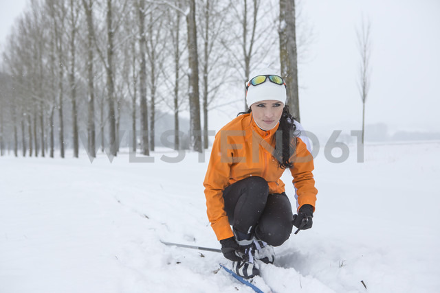 Austria, Kufstein, woman cross-country skiing - VTF000388 - Val Thoermer/Westend61