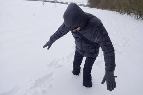 Man stuck in deep snow - NDF000487