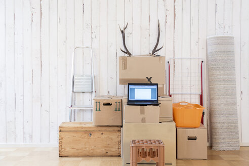 Makeshift home office with laptop on cardboard boxes - DRF001235
