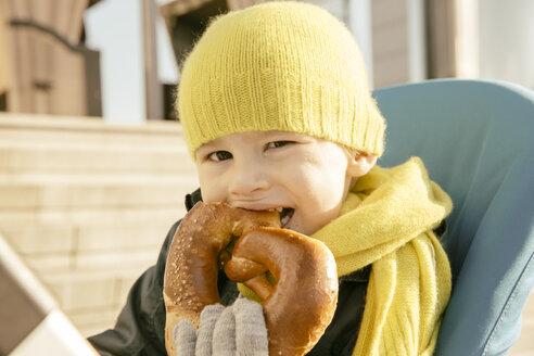 Toddler eating pretzel - MFF001352
