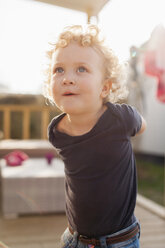 Little blond girl looking up - NNF000314