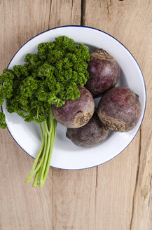 Bowl of frizzy parsley and beetroots on wood - ODF001018