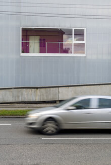 Austria, Linz, window with reflection of a modern residential house - EJW000609