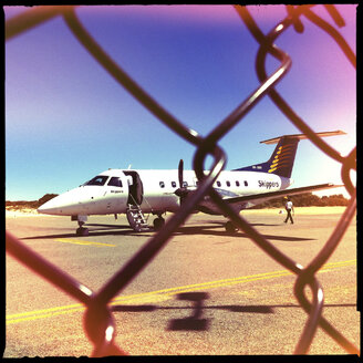 skippers airline, turbo prop plane, small airport, monkey mia, western australia - LUL000095