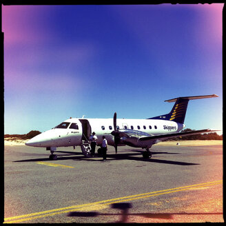 skippers airline, turbo prop plane, small airport, monkey mia, western australia - LUL000096