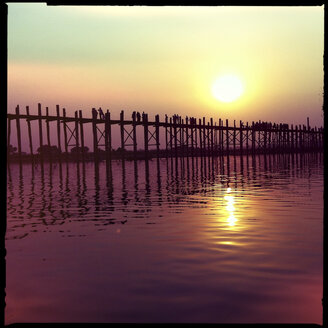 people walking the u bein bridge at sunset, amarapura, myanmar - LUL000133