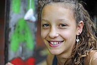Portrait of a smiling girl - MIZ000793