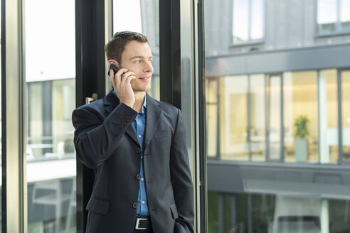 Businessman telephoning with smartphone in an office - SHKF000159