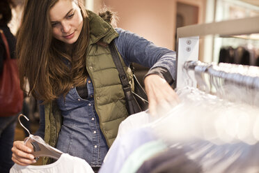Young woman on shopping tour - FEXF000248