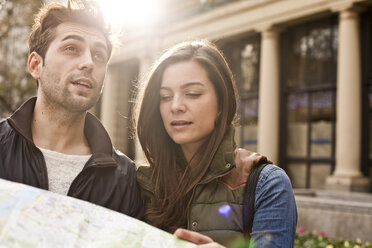 Germany, Cologne, young couple with city map - FEXF000250
