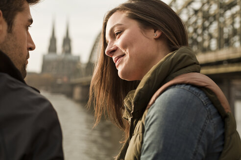 Germany, Cologne, happy young couple on city tour - FEXF000268