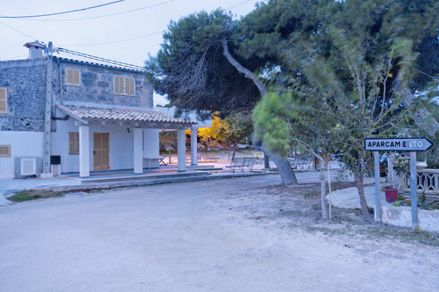Spain, Balearic Islands, Majorca, House in the evening light - MEMF000664